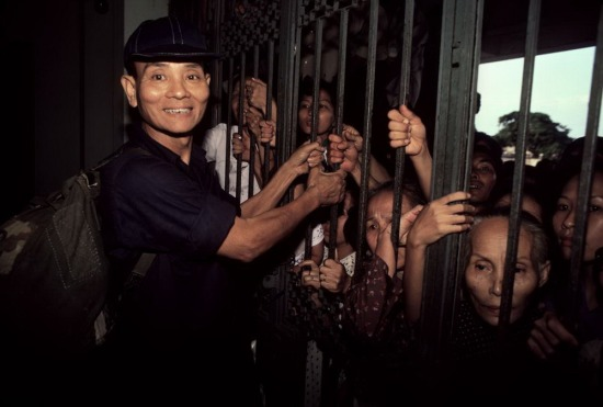 Một viên chức cao cấp của chế độ Sài Gòn cũ phấn khởi chờ ngày tái ngộ với gia đình tại ga Sài Gòn, sau khoảng khoảng thời gian học tập – cải tạo ở ngoại tỉnh.
