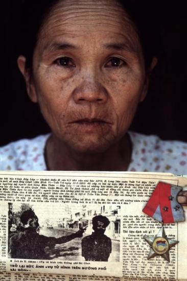Bà Nguyễn Thị Lốp, 56 tuổi, là góa phụ của liệt sĩ Nguyễn Văn Lém (bí danh Bảy Lốp). Ông Lém là người chiến sĩ Giải phóng bị tướng cảnh sát Nguyễn Ngọc Loan hành quyết bằng súng trên đường phố Sài Gòn trong chiến dịch Mậu Thân 1968.