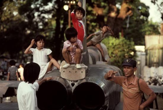 Trẻ em TP. HCM chơi đùa trên một chiếc máy bay Mỹ được trưng bày nhân kỷ niệm 20 năm cuộc Tổng tấn công Tết Mậu Thân.