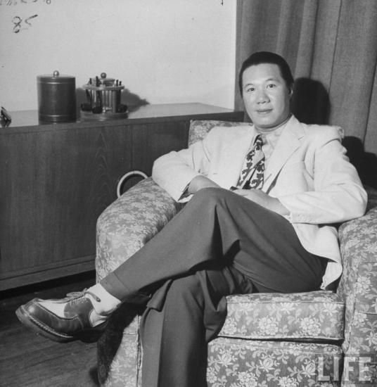 Cựu hoàng Bảo Đại (1913 - 1997) ung dung trên chiếc ghế bành tại một căn hộ ở Hồng Kông, tháng 6/1948. Vào ngày 16/3/1946, với tư cách một nhà cố vấn, ông tham gia phái đoàn Việt Nam Dân chủ Cộng hòa sang Trùng Khánh thăm viếng Trung Hoa. Nhưng Bảo Đại không trở về nước, mà đến Côn Minh rồi Hồng Kông, sống một cuộc sống lưu vong. Hình ảnh do tạp chí Life thực hiện.