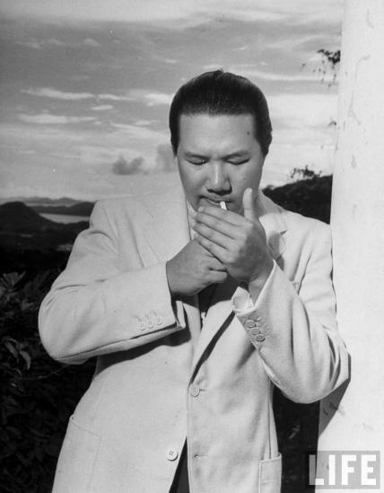 Bảo Đại ăn vận chải chuốt, tay châm thuốc lá ở Hồng Kông, tháng 6/1948. Vị vua cuối cùng của Việt Nam có dáng vóc cao lớn (cao 1m82), điển trai, luôn tràn đầy phong độ. Ông được cho là cưỡi ngựa điêu luyện như một kỵ sĩ trung cổ, chơi golf, tennis giỏi như một quán quân hàng tỉnh, bơi thuyền các loại như một vận động viên Olympic...