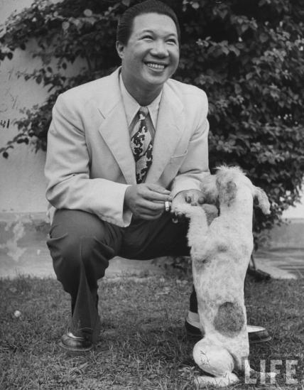 Bảo Đại bắt tay với chú chó của mình ở Hồng Kông, tháng 6/1948. Vừa là cựu hoàng, vừa có phong thái của một tay chơi phóng túng, Bảo Đại là mẫu người rất hấp dẫn với các quý bà. Vì vậy mà ông có rất nhiều tình nhân. Ông cũng nổi tiếng là mê ăn chơi, hưởng lạc. Tại Hồng Kông, Bảo Đại đã đổi tên thành Wang Kunney tiên sinh để tiện chơi bời. Dân thượng lưu Hồng Kông đồn đại rằng: muốn xem mặt ông vua nước Nam chỉ cần tìm ở 14 tiệm nhảy, nếu không thấy thì tìm ở các sòng bạc.