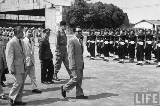 Bảo Đại tại sân bay Gia Lâm, Hà Nội, tháng 3/1954. Tháng 10/1955 vị cựu hoàng này bị Ngô Đình Diệm phế truất. Từ đó ông sống lưu vong ở Pháp cho đến khi qua đời vào ngày 31/7/1997 tại Paris.