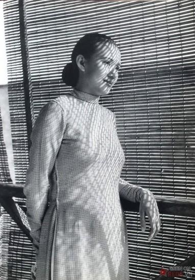 Người phụ nữ trong tà áo dài truyền thống.