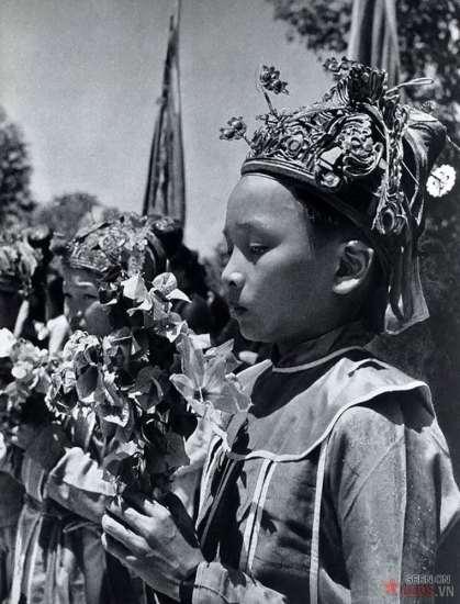 Trẻ em trong trang phục nghi lễ đang tham gia một lễ hội tôn giáo.