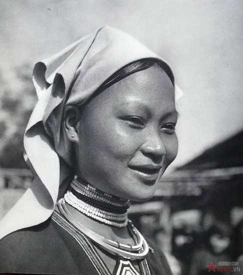 Cô gái dân tộc Mán ở miền Bắc.