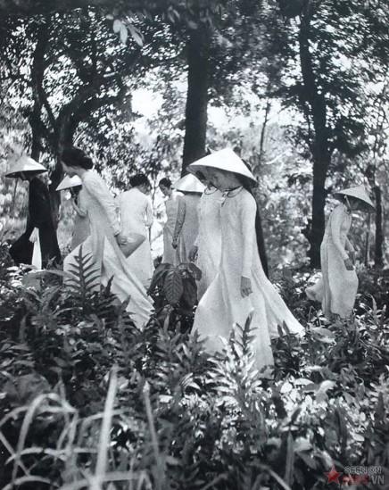 Các thiếu nữ mặc áo dài.