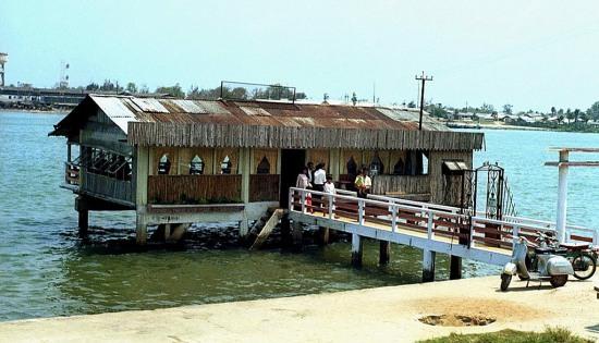 Nhà hàng nổi bên bờ sông Hàn.