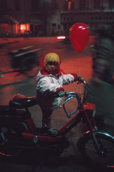 Em bé trên chiếc xe Peugeot.