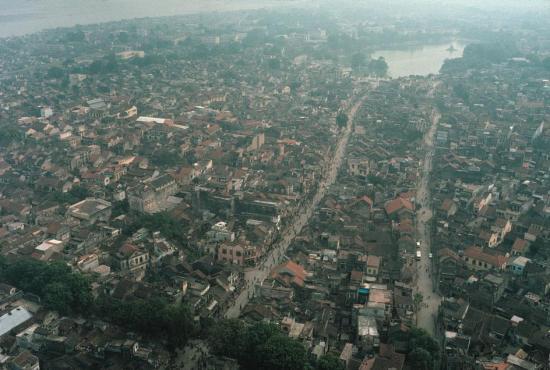 Trung tâm Hà Nội năm 1989 nhìn từ trên cao, với hồ Hoàn Kiếm ở góc trên bên phải.