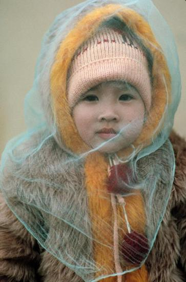 Em bé trong trang phục mùa đông ở Hà Nội.