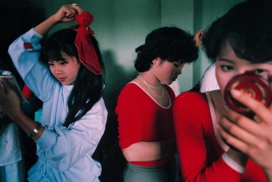 Các người đẹp đang chuẩn bị cho cuộc thi hoa khôi ở Hà Nội.