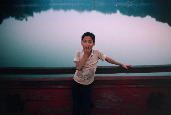 Một cậu bé trên cầu Thê Húc, hồ Hoàn Kiếm, Hà Nội.