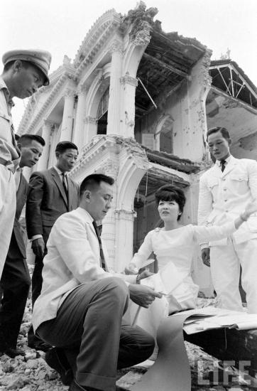 Theo công bố của giới chức, hai phi công thực hiện vụ tấn công Dinh Độc Lập là Nguyễn Văn Cử và Phạm Phú Quốc, đều đang phục vụ trong không quân Sài Gòn.