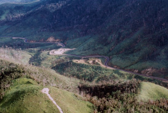 Con đường ngoằn ngoèo vắt qua đèo Mang Yang.
