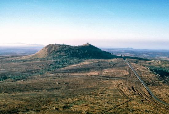 Núi Hàm Rồng, Tây Nam thị xã Pleiku. - Dragon Mountain, Pleiku