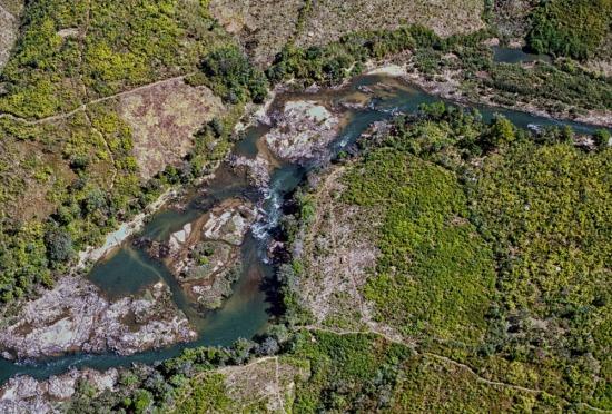 Con suối chảy qua núi đá gần Đăk Tô. - Mountain stream near Dak To II