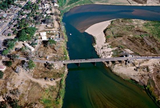 Cây cầu dẫn vào thị xã Kontum.