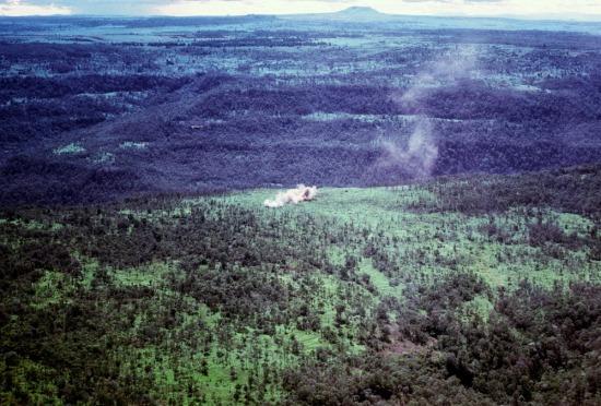 Máy bay Mỹ oanh tạc một khu vực gần Pleiku.