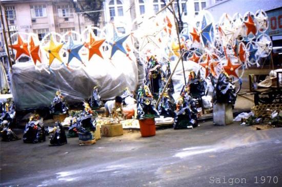 Đèn ông sao là vật trang trí không thể thiếu trong dịp Giáng sinh ở Sài Gòn trước 1975.