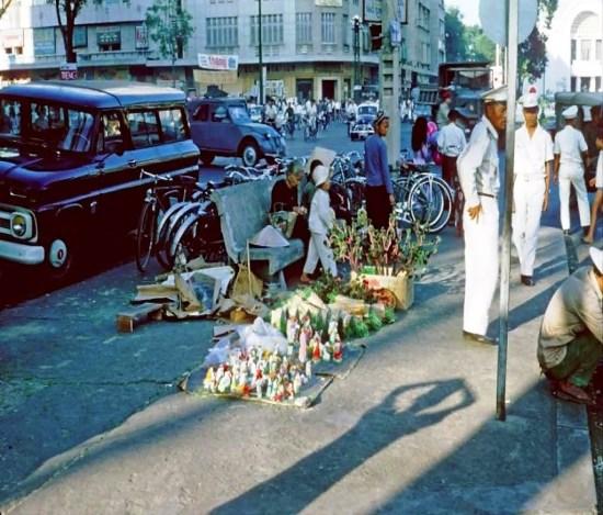 Các món đồ Giáng sinh được bày bán trên vỉa hè đường Lê Lợi, 1964.