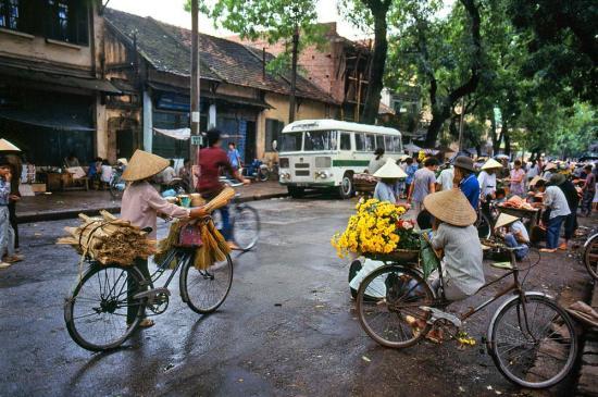 Một khu chợ họp trên phố buổi sáng.