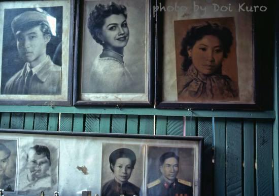 Những bức tranh được bày trong cửa hàng.