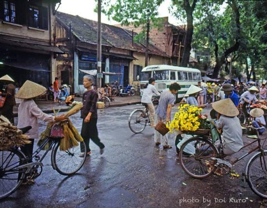 Phương tiện đi lại chủ yếu ở Hà Nội ở thời điểm này là xe đạp.
