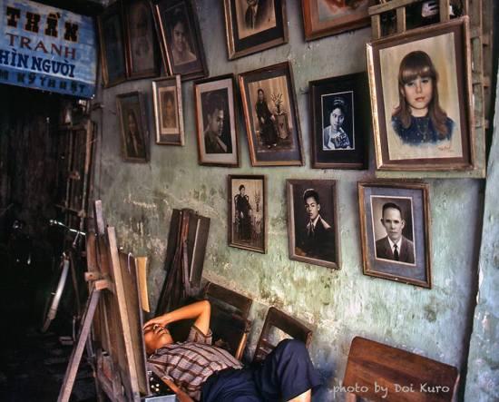 Giấc ngủ trưa của người thợ vẽ tranh truyền thần trong phố cổ Hà Nội.