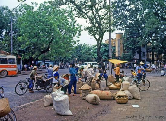Các hàng bán gạo tại một ngã tư.
