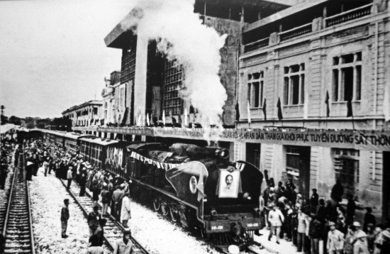 Khôi phục tuyến đường sắt thống nhất Bắc - Nam năm 1976.
