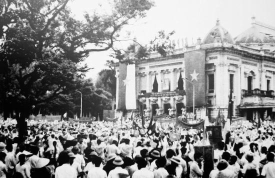 Mít tinh mừng ngày giải phóng Sài Gòn, thống nhất đất nước ở quảng trường Nhá hát Lớn năm 1975.