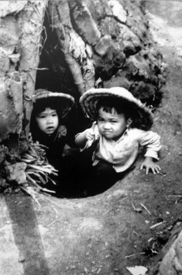 Học sinh tiểu học ở Hà Nội trong căn hầm thời chiến.