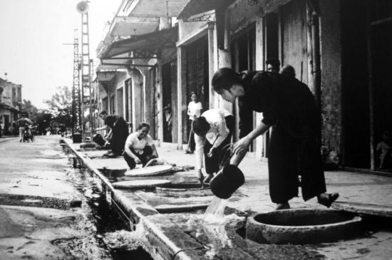 Người dân phố Hàng Đào tát nước khỏi hầm trú ẩn cá nhân năm 1972.