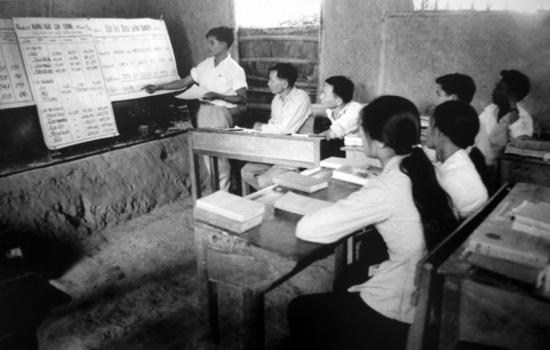 Sinh viên đại học Kinh tế Kế hoạch bảo vệ luận án tốt nghiệp trong hầm thời chiến.