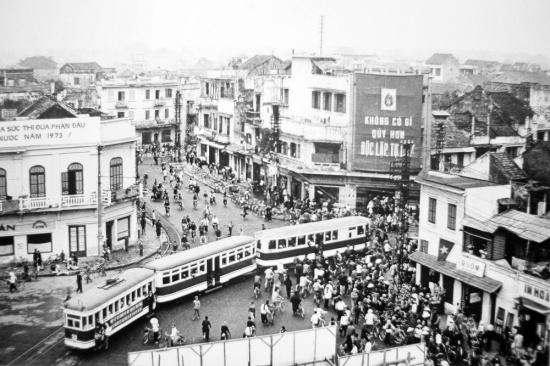 Ngã năm bờ hồ Hoàn Kiếm năm 1973.