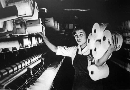 Công nhân nhà máy dệt 8/3, năm 1975 .