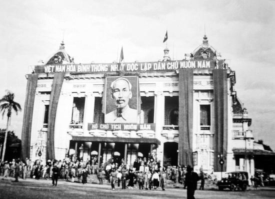 Ủy ban Quân chính ra mắt nhân dân Hà Nội tại Nhà hát Lớn.