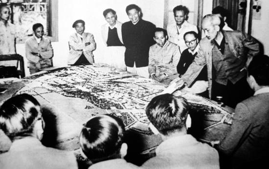Chủ tịch Hồ Chí Minh xem, góp ý vào bản dự án quy hoạch thủ đô, tháng 11/1959.