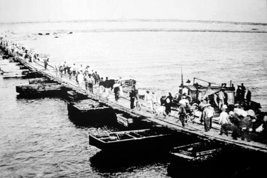 Cầu phao Khuyến Lương ở phía Nam Hà Nội thời chiến.