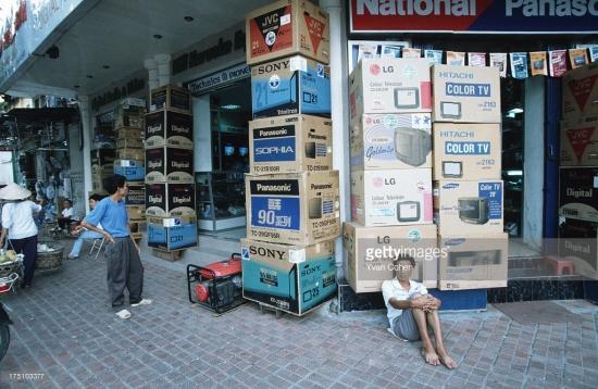 Đến năm 1996, các thiết bị giải trí gia đình như ti vi, đầu video, dàn máy nghe nhạc... đã trở nên phổ biến ở Hà Nội.