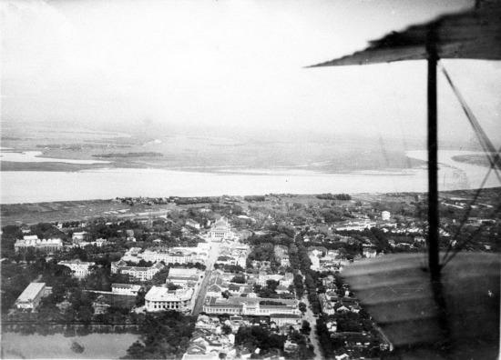 Phố Paul Bert (Tràng Tiền), Nhà hát Lớn và sông Hồng nhìn từ máy bay vào năm 1951.