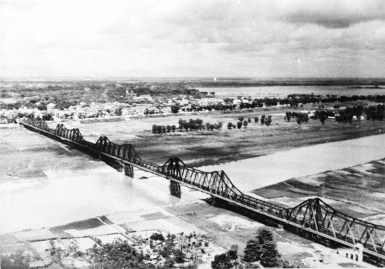 Cầu Long Biên năm 1951.