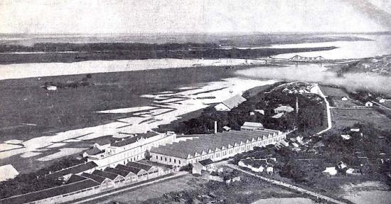 Một nhà máy sản xuất thuốc lá nằm bên bờ sông Hồng.
