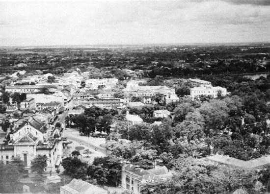 Mặt sau của Nhà hát lớn Hà Nội (phía dưới bên trái).
