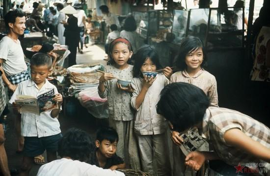 Trẻ em trong một khu chợ ở Sài Gòn.