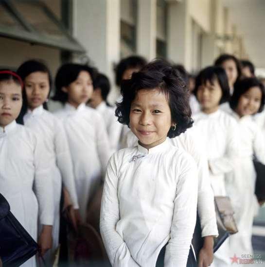 Nữ sinh trong một ngôi trường xếp hàng vào lớp.