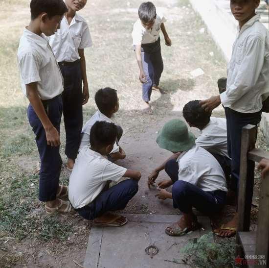 Học sinh chơi đánh đáo.