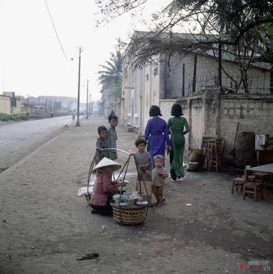 Những đứa trẻ vây quanh một gánh hàng quà vặt trên đường Phạm Ngũ Lạo, gần ga tàu hỏa.