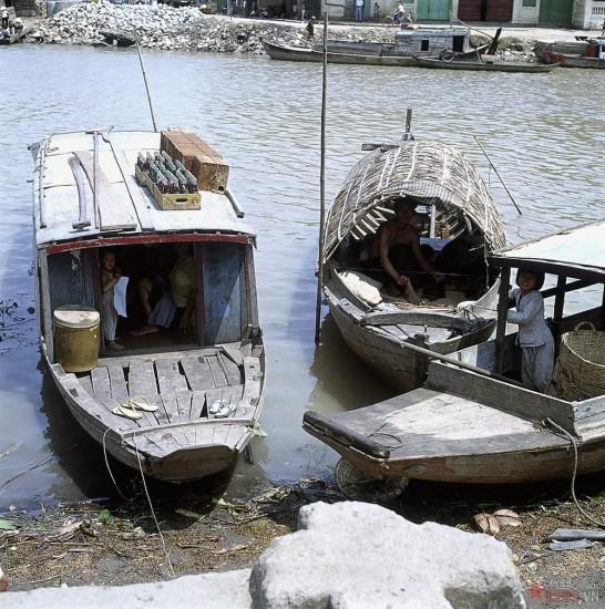 Những đứa trẻ trên thuyền.
